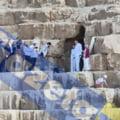 Klaus Iohannis, în alb imaculat alături de soție la piramidele din Egipt. Turiștii, ținuți la distanță pentru liniștea cuplului prezidențial