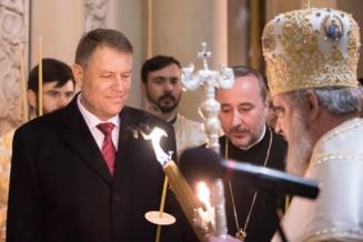 """Klaus Iohannis, la Slujba de Inviere de la Patriarhie. Cateva persoane au strigat """"Demisia!"""""""