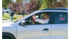 """Klaus Iohannis, la volanul noului model Dacia Duster. """"Firmele s-au pregătit pentru continuarea activităţilor economice"""" VIDEO"""