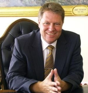 Klaus Iohannis, obligat sa restituie banii publici dati pe cravate