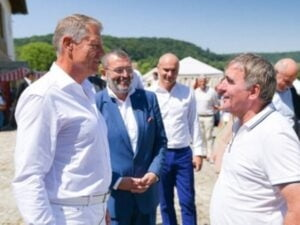 "Klaus Iohannis, prezent la Crit, la Festivalul ""Saptamana Haferland"", unde s-a intalnit cu Hagi"