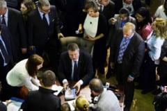 """Klaus Iohannis a dat autografe peste trei ore pentru cartea sa autobiografica. """"Nu plec pana nu le semnez tuturor"""""""