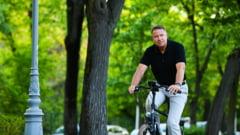 Klaus Iohannis e la Constanta. A fost surprins plimbandu-se cu bicicleta prin localitatile din judet