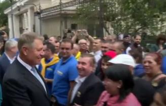 Klaus Iohannis si-a depus candidatura la prezidentiale, dupa o baie de multime cu autografe