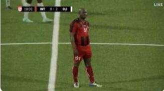 La 60 de ani, vicepreședintele Surinamului a devenit cel mai bătrân debutant într-un meci internațional de fotbal! Are 50 de copii și este căutat de Interpol pentru trafic de droguri VIDEO