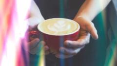 La ce riscuri te supui daca iti bei cafeaua prea fierbinte