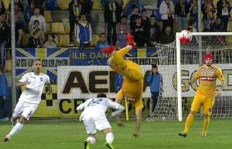 La un pas de tragedie: Accidentare spectaculoasa la meciul Petrolul - Craiova