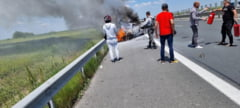 La un pas de tragedie pe A1, in Timis. Doi tineri au sarit din mers din masina ce a luat foc si a ramas fara frane