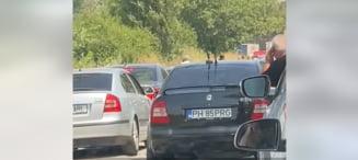 """Lanț uman pentru blocarea """"bizonilor"""" care depășeau pe contrasens coloana de mașini. Scene rare la granița cu Bulgaria VIDEO"""
