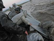 Lectie unica oferita de rusi: lant uman in calea apelor (Galerie foto)