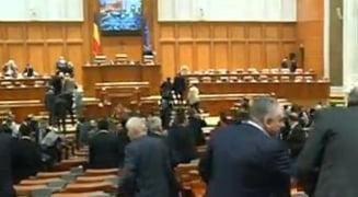 Legea referendumului a fost adoptata - Opozitia ataca la CCR