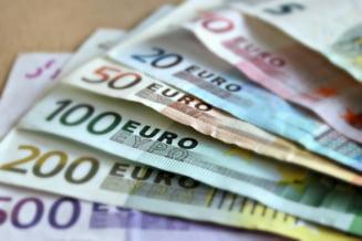 Leul a scazut luni la 4,8746 unitati pentru un euro