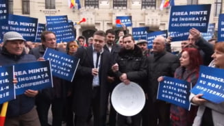Liberalii protesteaza cu ligheane, in fata Primariei Capitalei: Firea minte de ingheata caloriferele! (Video)