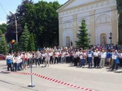 """Liberalii suceveni protesteaza in fata Palatului Administrativ. Se scandeaza """"Nu mai vrem nici un pic/prim-ministru bolsevic!"""""""