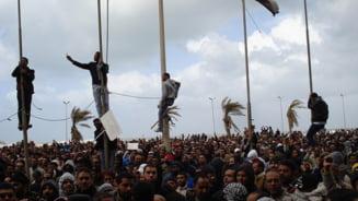 Libia: Gaddafi a parasit Tripoli, orasul este bombardat