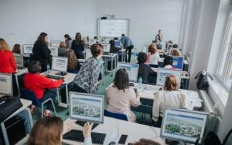 Liceul din Romania unde se invata ca in SUA sau in vestul Europei. Elevii folosesc documentare 3D si table inteligente