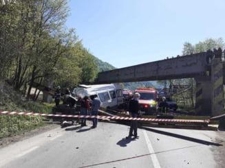 Limitatorul de inaltime al unui pod din Neamt a cazut peste un microbuz. Doua persoane au murit, iar alta este resuscitata