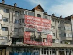 Locatarii blocului de la Volna, zguduit de explozie, si-au pus nemultumirea pe banner