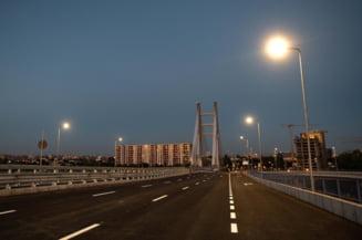 """Locuitorii din zona Crangasi sustin ca vopseaua de pe Podul Ciurel a ajuns pe masinile personale: """"Picaturile nu se pot lua la spalatorie"""""""