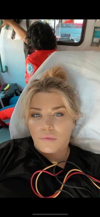 """Loredana Groza, selfie din ambulanță: """"Mă simt mai bine"""""""