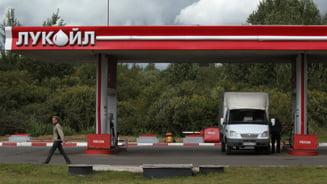 Lukoil renunta la benzinariile din Ucraina, dupa ce i s-a cerut motorina pentru armata