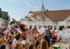 Lumea copiilor, in Cetatea Oradea: Show cu baloane uriase de sapun si concert Ada Milea (FOTO / VIDEO)