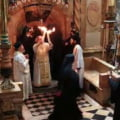 Lumina Sfanta s-a aprins in Biserica Mormantului Sfant din Ierusalim (Video)