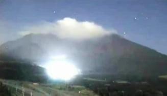 Lumina misterioasa langa un vulcan din Japonia (Video)