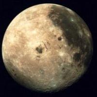 Luna contine apa adusa de comete