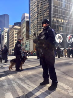 Lunetisti, perchezitii publice si bariere de protectie la marile petreceri de Revelion din Europa si America