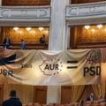 """Lupte """"de recuzită"""" în Parlament în ziua moțiunii de cenzură. PNL a montat în plen un banner cu """"USR+AUR=PSD"""" FOTO"""