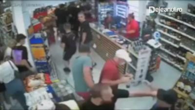 Lupte de stradă la Dej! Fanii steliști l-au bătut groaznic pe un fost consilier local VIDEO