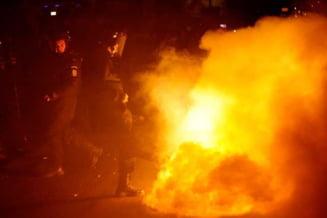 Lupte de strada in Bucuresti: Jurnalisti incendiati, magazine jefuite si focuri de arma (Foto, Video)