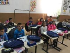 MJM: Elevii din Dranic au primit ghiozdanele de la Bruxelles