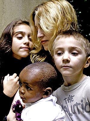 Madonna vrea sa-si duca copiii la Auschwitz