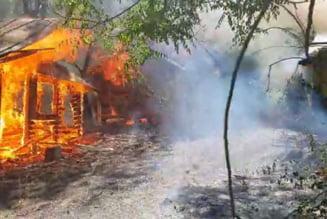 Mai multe casute din lemn, amplasate in zona patinoarului, au luat foc
