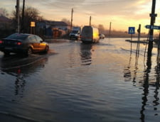 Mai multe drumuri din Teleorman au fost inundate, trenurile circula cu viteza redusa