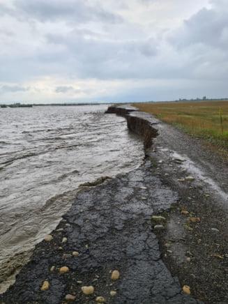 Mai multe drumuri judetene si comunale din Vrancea, inchise traficului dupa ce au fost inundate de apele revarsate