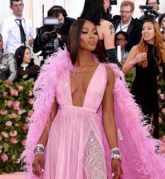 """Mai multe vedete, printre care top-modelul Naomi Campbell si starleta Kim Kardashian West, au anuntat ca isi """"ingheata"""" conturile de Facebook si Instagram in semn de protest"""