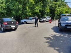 Mai multi bucuresteni carora li s-au ridicat masinile pentru ca au parcat ilegal si-au gasit autoturismele sparte in curtea Politiei Locale. Hotii au actionat cu ajutorul politistilor locali