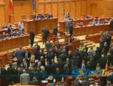 Mai multi deputati fara apartenenta politica sustin ca voteaza motiunea