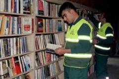 Mai multi gunoieri turci au deschis o biblioteca dupa ce au adunat cartile aruncate de oameni