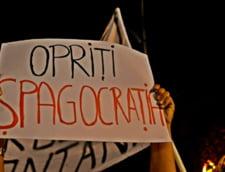 Mai multi tineri protesteaza in centrul Bucurestiului fata de proiectul Rosia Montana