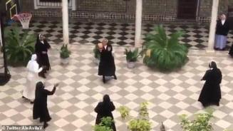 Maicutele din Spania care fac masti de protectie au luat o pauza si au jucat baschet in curtea manastirii - Video viral