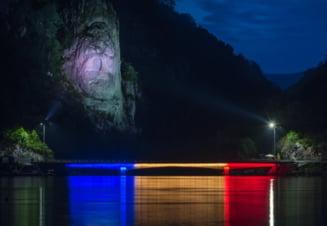 Maine seara, autoritatile judetene vor aprinde iluminatul artificial al statuii Chipul lui Decebal din Clisura Dunarii
