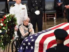 Mama lui John McCain si-a privegheat fiul, decedat la 81 de ani