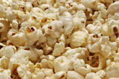 Mancam popcorn imbibat cu E-uri, alergeni si zahar!