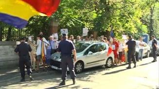 Manifestatie anti-Basescu la ambasada Germaniei si sediul PDL din Bucuresti