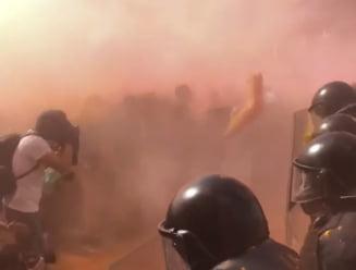 Manifestatii la Barcelona pro si contra independentei Cataloniei: Separatistii au aruncat cu vopsea in scutieri (Video)
