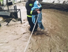 """Marcel Vela, despre pompierul fotografiat cu un bebelus in brate, la inundatiile din Rodna: """"Iesise dintr-o tura de 24 de ore. A fost trezit din somn de catre comandantul unitatii"""""""